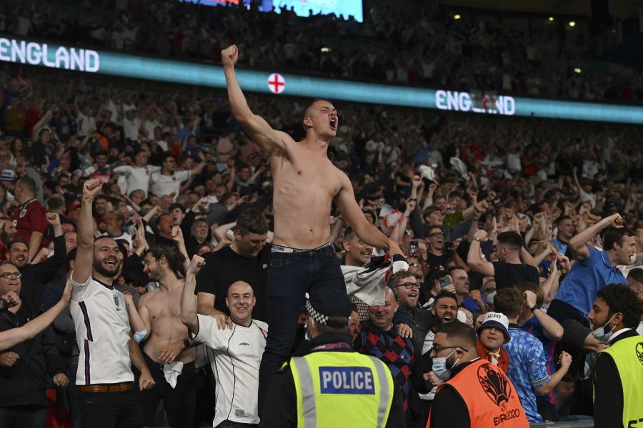 英メディアはイングランドファンのマナーを糾弾している【写真:AP】