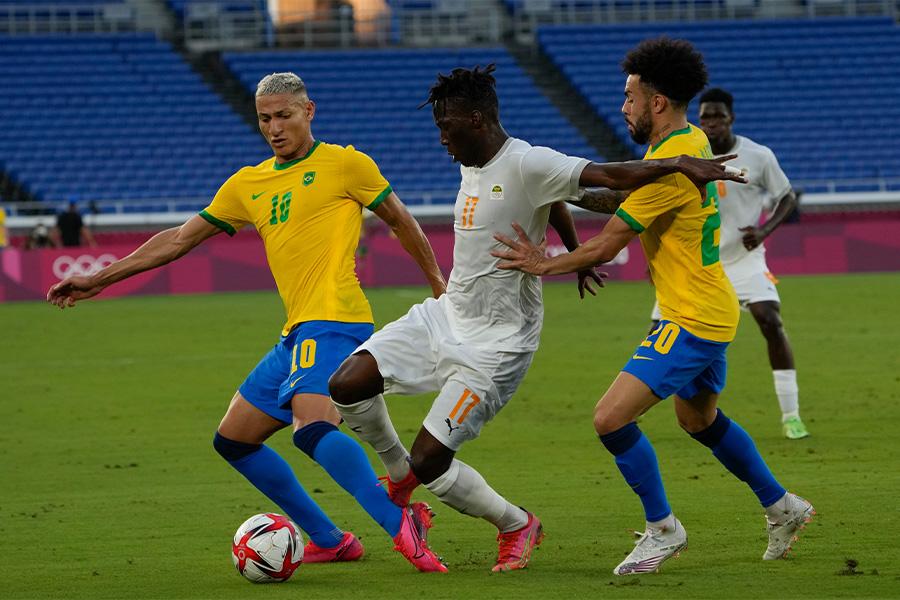 ブラジル代表は開始14分で退場者出すもドロー決着【写真:AP】