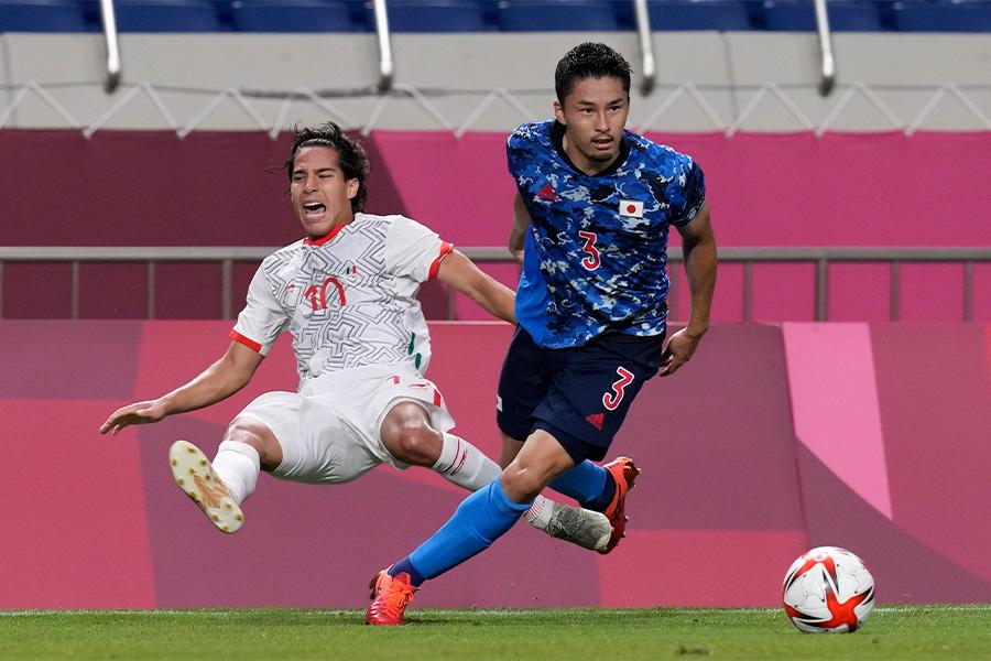 サイドバックで出場し期待されている守備力を発揮した中山雄太【写真:AP】