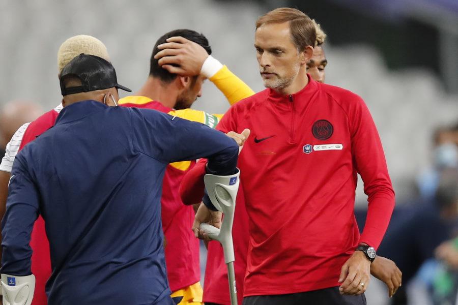 怪我をしたムバッペを労うトゥヘル監督(右)【写真:AP】