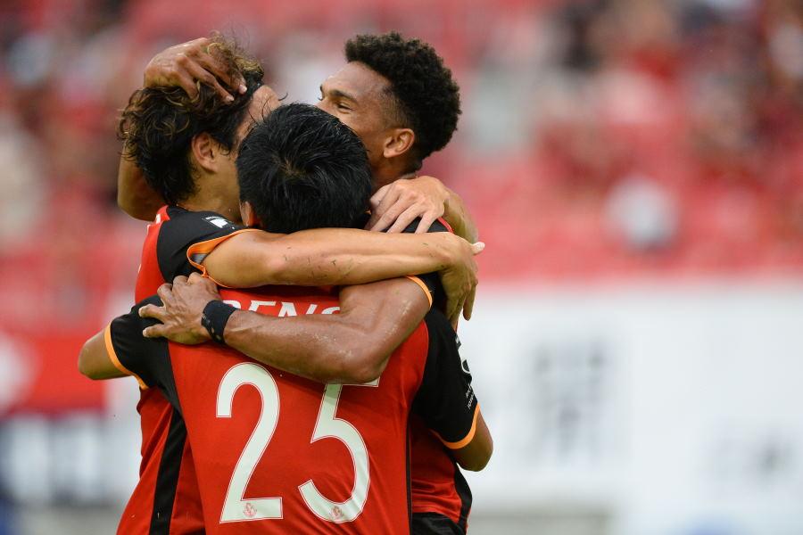 4ゴールで勝利に貢献した名古屋FW前田直輝(25番)と喜び合う選手たち【写真:佐藤彰洋】