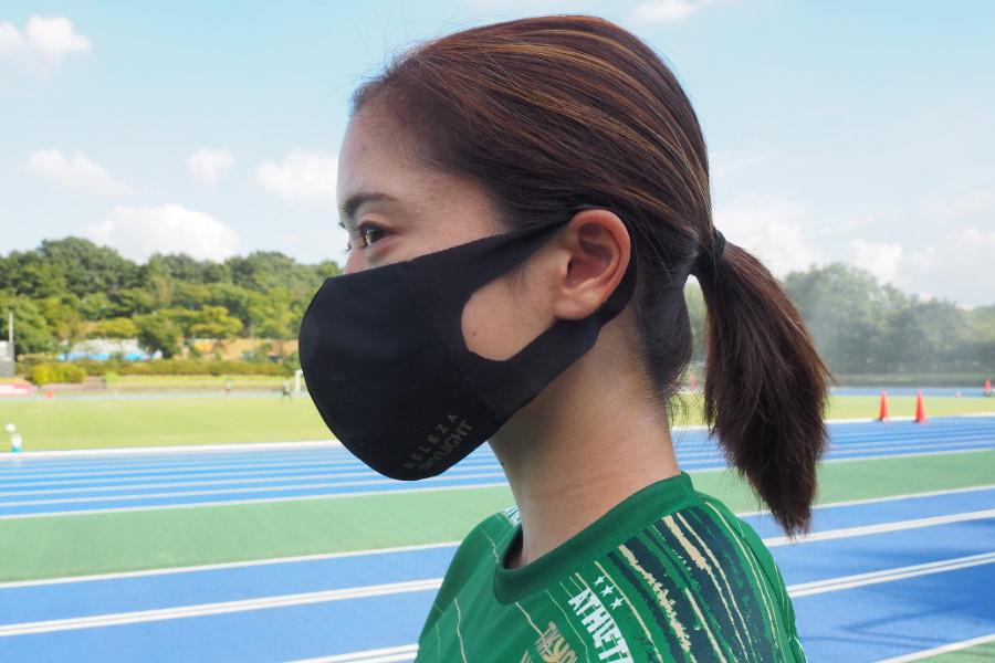 無料配布されるオリジナルマスクを着用するMF長谷川唯【写真:©️TOKYO VERDY】
