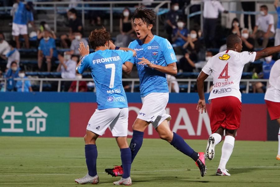 横浜FCのFW皆川が先制ゴールを奪ったなか、直前のプレーにハンドの疑惑が…【写真:Getty Images】