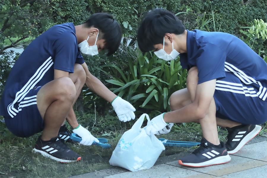 横浜F・マリノスのユース選手たちがごみ拾い活動を実施【写真:©F.M.S.C.】