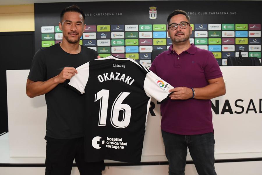 カルタヘナに加入したFW岡崎慎司(左)とパコ・ベルモンテ会長【写真:FC Cartagena】