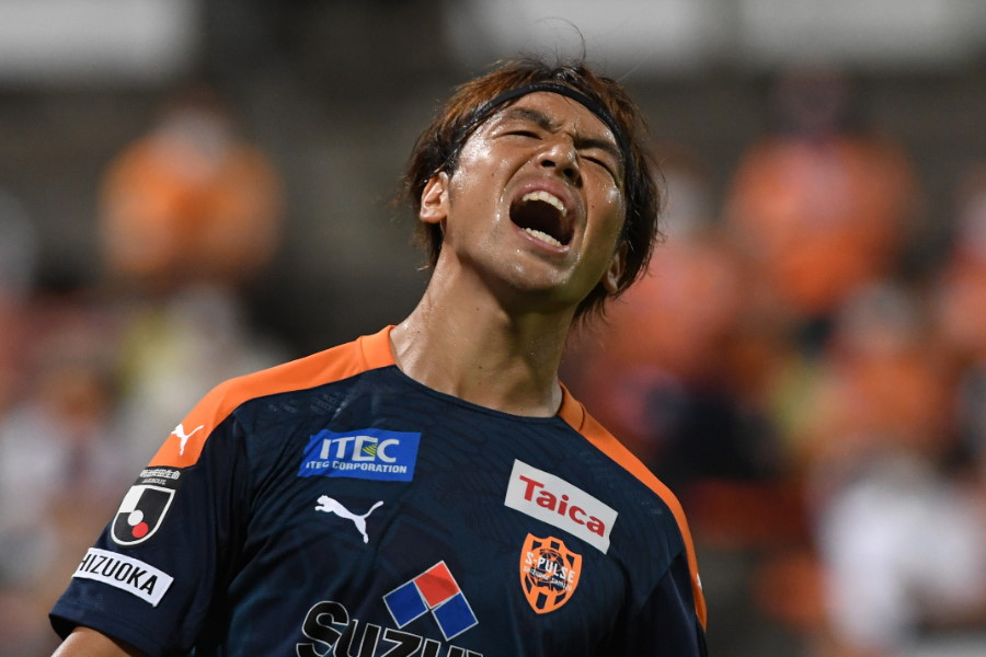 悔しそうな表情を浮かべる清水MF中村慶太【写真:Getty Images】