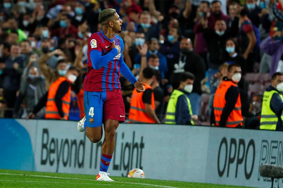 試合終了間際にゴールを決めたバルセロナDFロナルド・アウラホ【写真:AP】