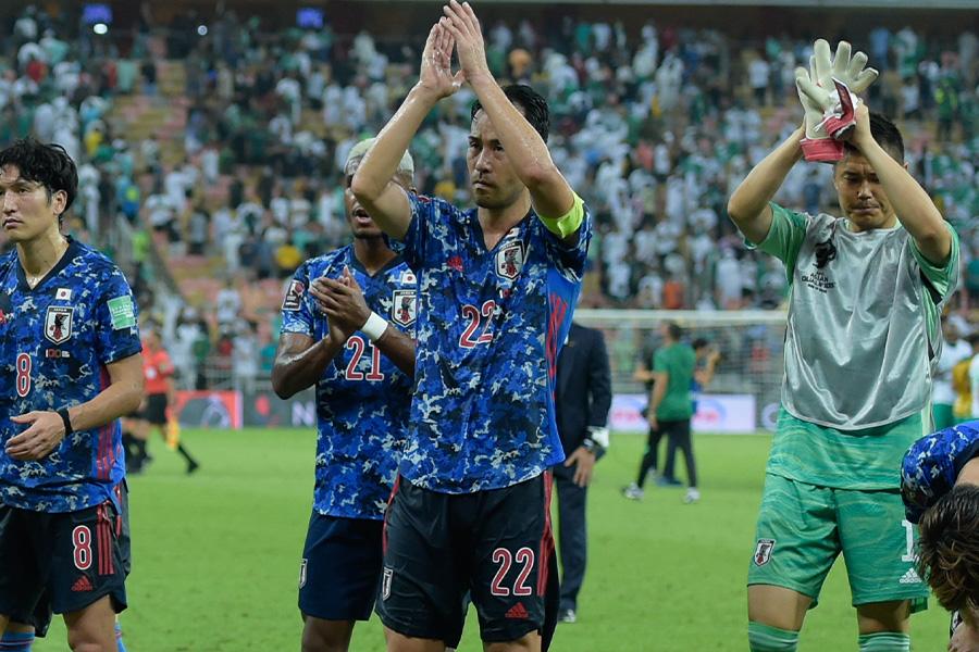 試合後、サポーターに挨拶をするDF吉田麻也【写真:Getty Images】