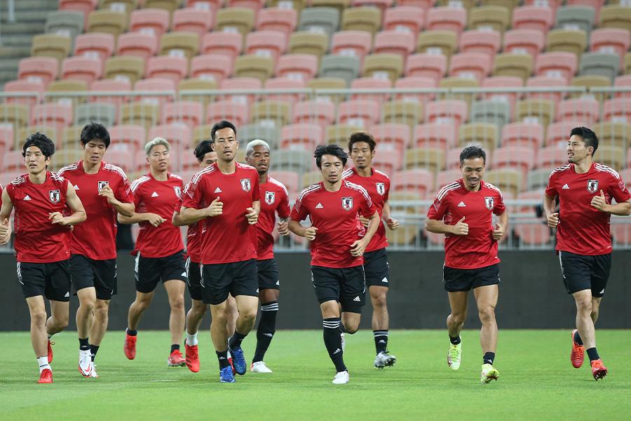 日本代表の主力選手たちがピッチ上で話し合い【写真:ⓒJFA】