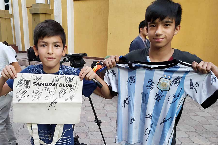 マルセイユファンのジャスールくん(左)とアザマットくん【写真:Football ZONE web】