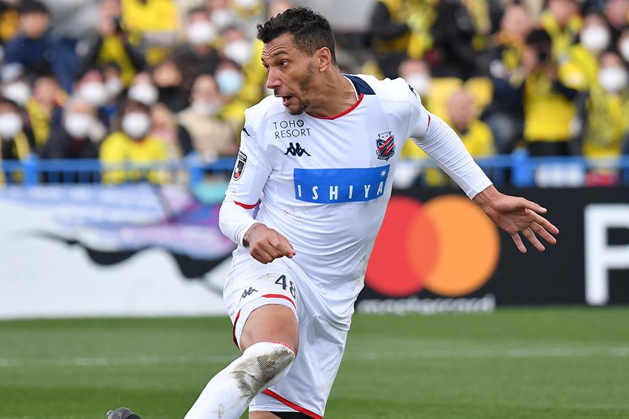 コンサドーレ札幌FWジェイが浦和レッズMFマルティノスに対してのタックルについて言及【写真:小林 靖】