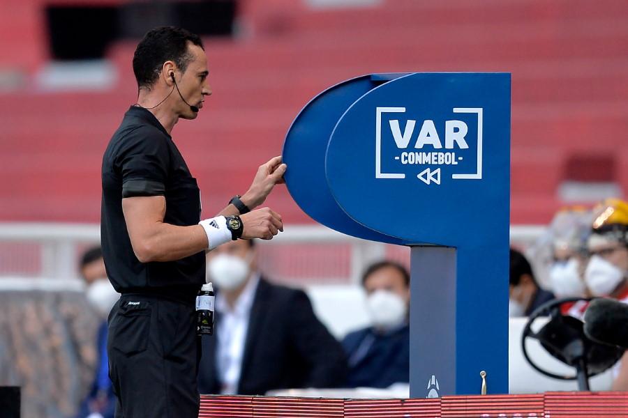 UEFA会長はVARの運用に懐疑的な見解を示した(写真はイメージ)【写真:Getty Images】