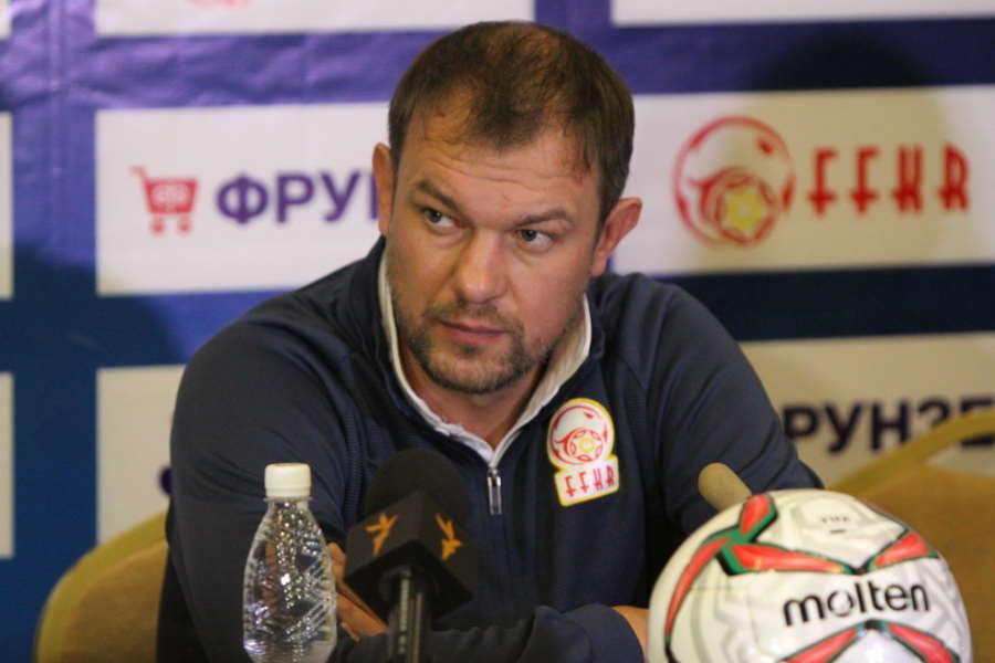 キルギス代表のクレスティニン監督【写真:Football ZONE web】