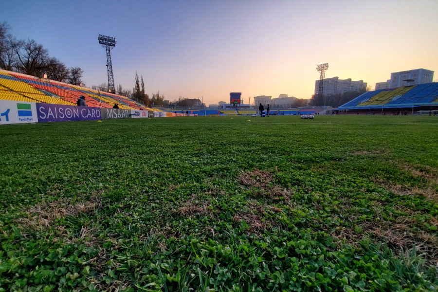 ドレン・オムルザコフ・スタジアムのピッチ【写真:Football ZONE web】