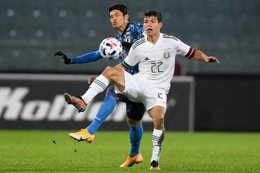 ボールを奪い合う日本代表DF酒井宏樹とメキシコ代表FWイルビング・ロサーノ【写真:AP】