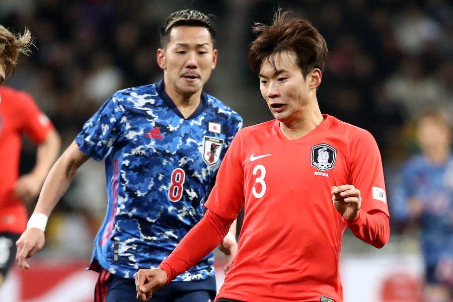 日本代表MF井手口(左)の激しい肘打ちが話題【写真:Getty Images】