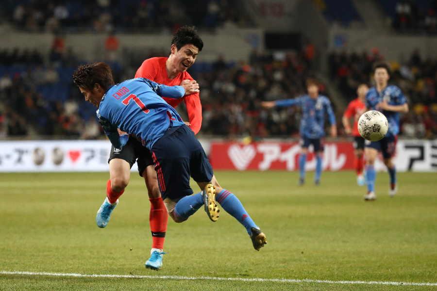 激しくマッチアップする日韓の両選手【写真:Getty Images】