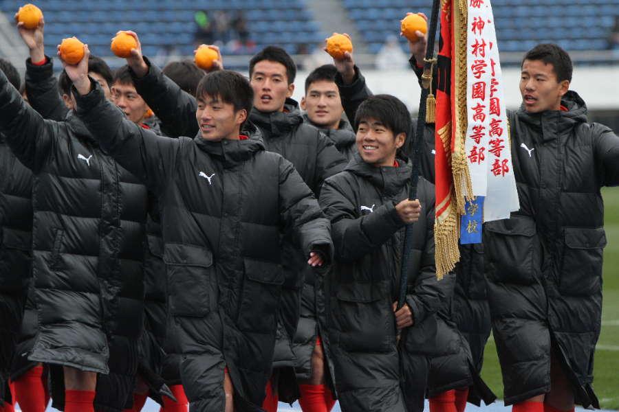 PK戦の末、勝利した神村学園の選手たち(※写真は入場行進の時のものです)【写真:Football ZONE web】