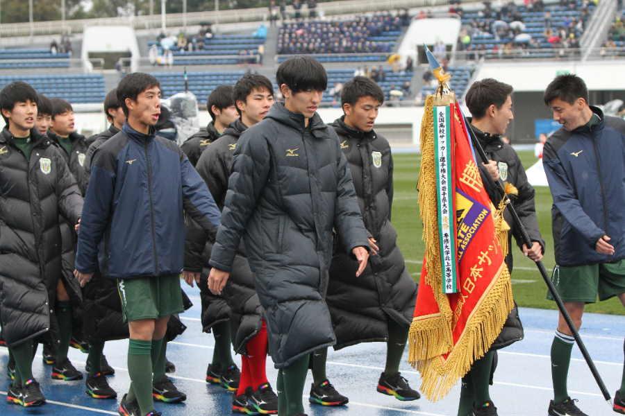 初出場の専大北上高校の選手たち(※写真は入場行進の時のものです)【写真:Football ZONE web】