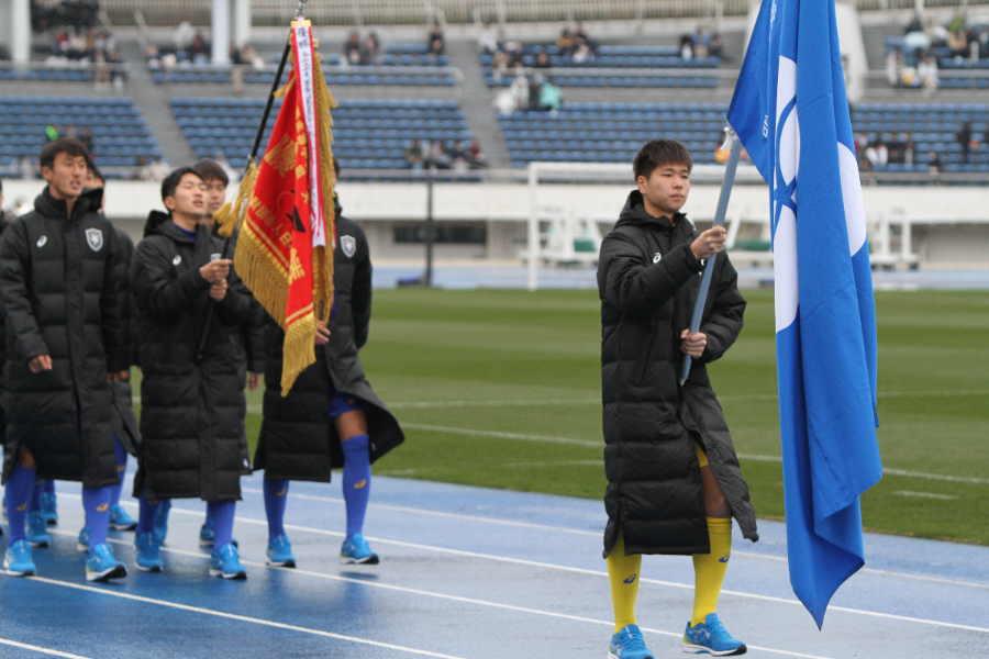 高校選手権開会式で入場行進する筑陽学園の選手たち【写真:Football ZONE web】
