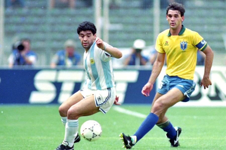 90年W杯のブラジル戦でプレーするマラドーナ(左)【写真:Getty Images】