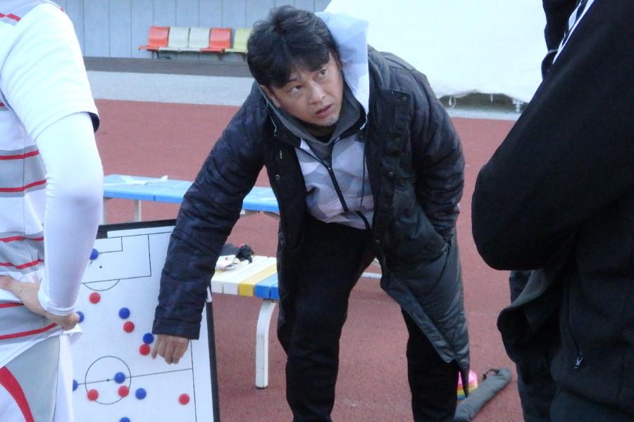 作戦ボードで戦術を伝える山田暢久氏【写真:河野正】