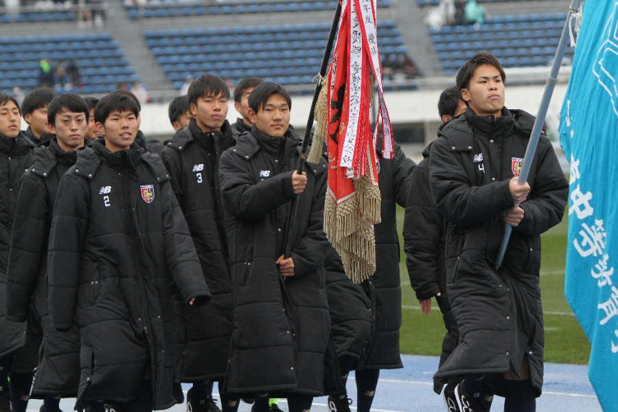 今治東高校の選手たち(写真は入場行進時のものです)【写真:Football ZONE web】