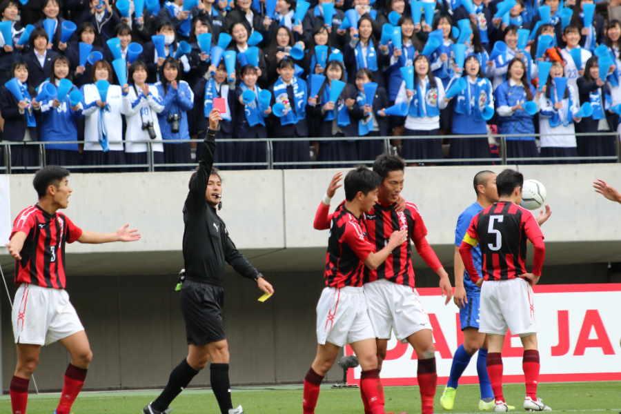 日章学園DF古賀照也(2年)が、この試合2度目の警告を受けて退場した【写真:Football ZONE web】