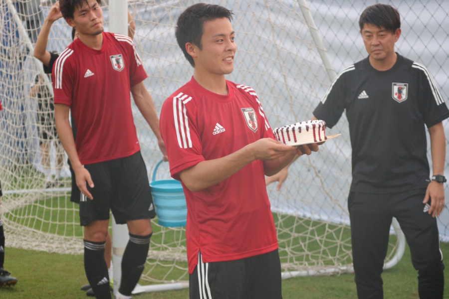 誕生日を迎え祝福されるU-23代表MF齊藤未月【写真:Football ZONE web】