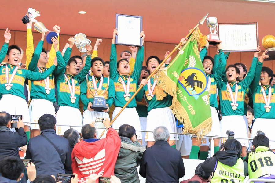 24大会ぶりの選手権制覇を果たし歓喜に沸く静岡学園の選手たち【写真:Noriko NAGANO】