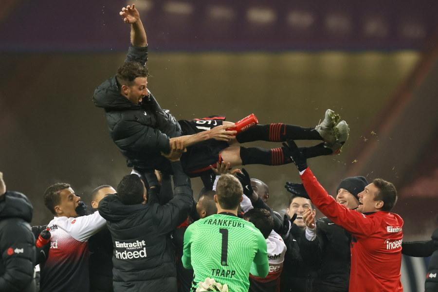 試合後、チームメイトに胴上げされるフランクフルト主将ダビド・アブラハム【写真:Getty Images】