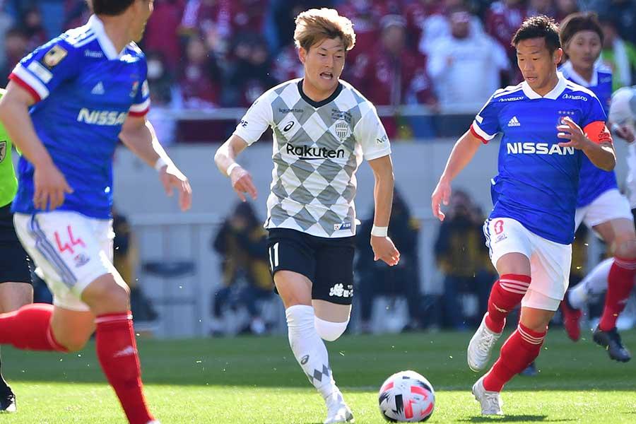 この試合2点目を決めたヴィッセル神戸FW古橋亨梧(写真中央)【写真:Getty Images】