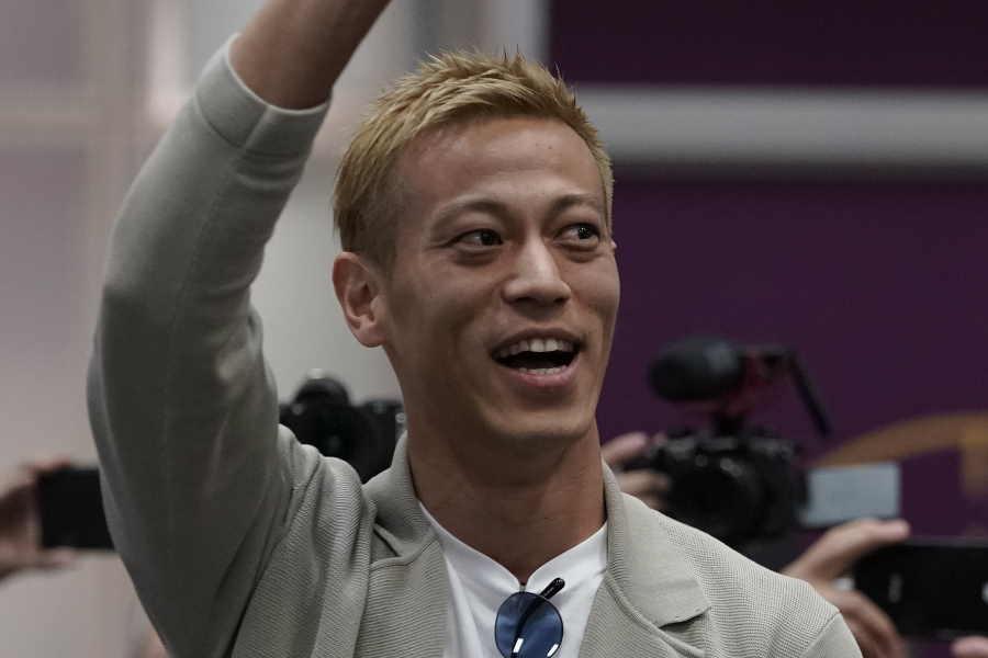 現地の歓迎に答える本田圭佑【写真:AP】