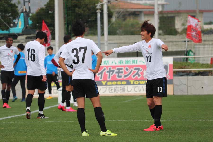 浦和前キャプテン柏木が試合で話し合う様子【写真: 轡田哲朗】