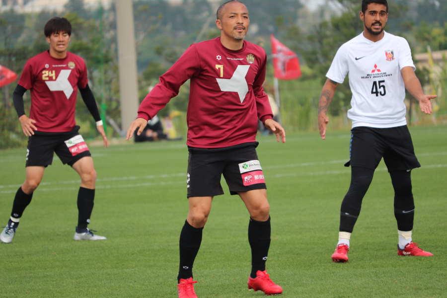 浦和とトレーニングマッチを行った琉球の元日本代表MF小野伸二【写真: 轡田哲朗】