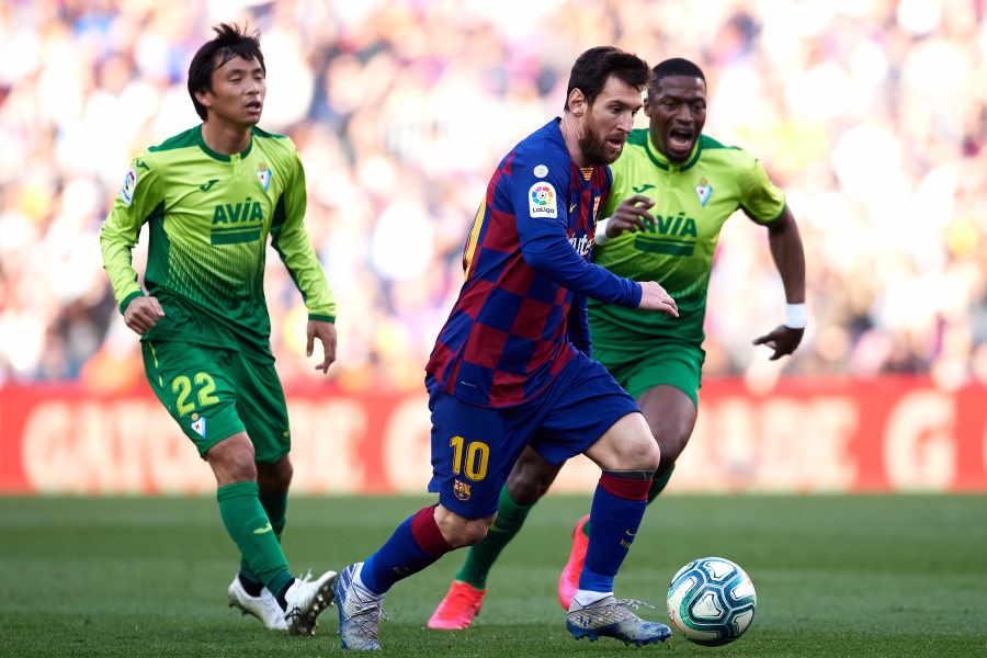 エイバルと対戦し、4得点と大活躍のバルセロナFWメッシ(写真中央)【写真:Getty Images】