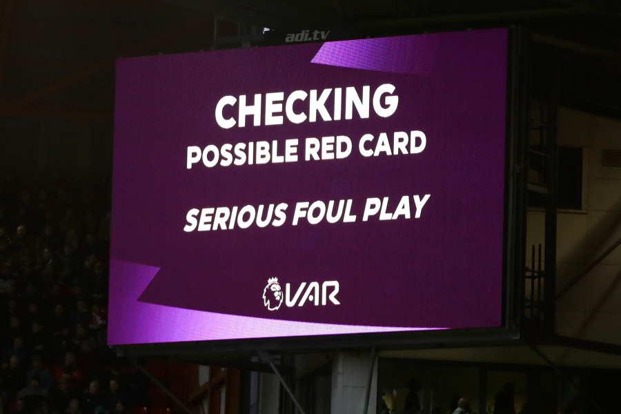 VARでチェックをしている間のスクリーン【写真:Getty Images】