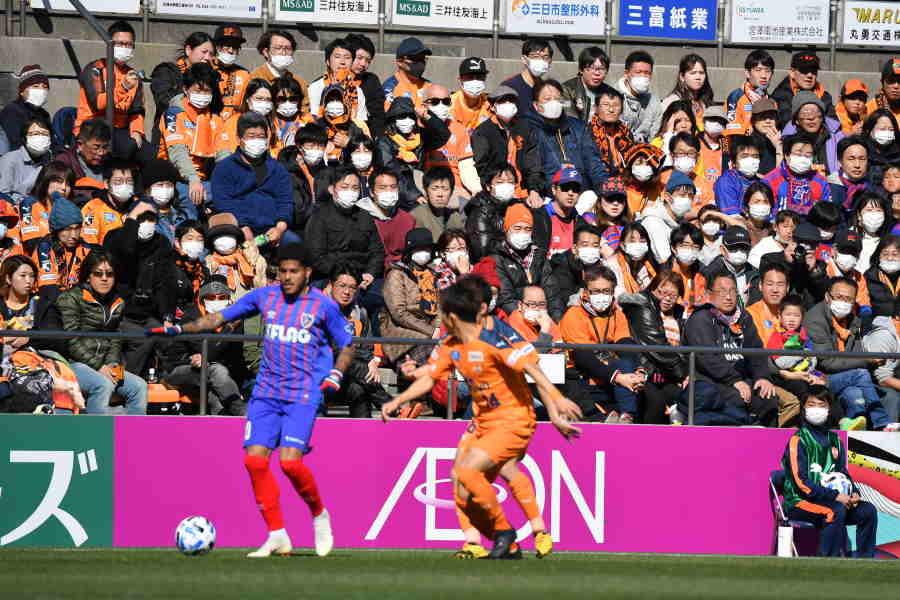 マスクを着用する観客、ボールボーイの様子【写真:小林 靖】