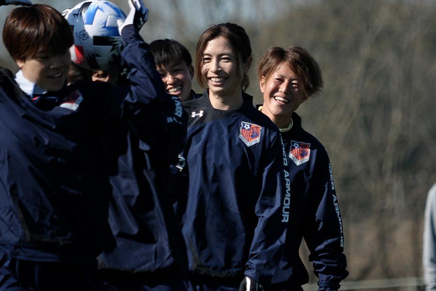 今季、大宮Vに加入したDF鮫島彩(写真中央)が初練習を終えてコメント【写真:Ⓒ1998 N.O.ARDIJA】