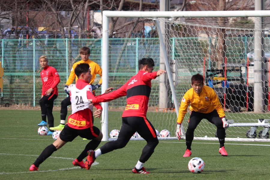 トレーニングをする浦和の選手【写真: 轡田哲朗】