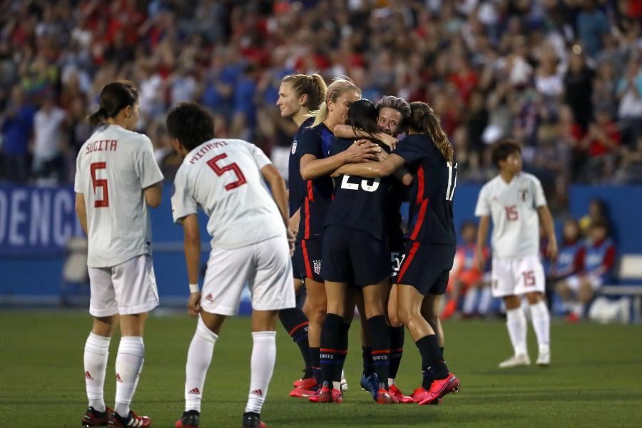 なでしこジャパンと対戦し、勝利した米女子サッカー代表(中央)【写真:Getty Images】