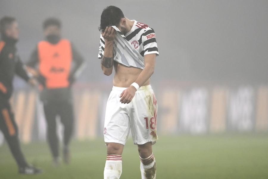 試合に勝ちきれずがっくりと肩を落とすマンUのB・フェルナンデス【写真:AP】