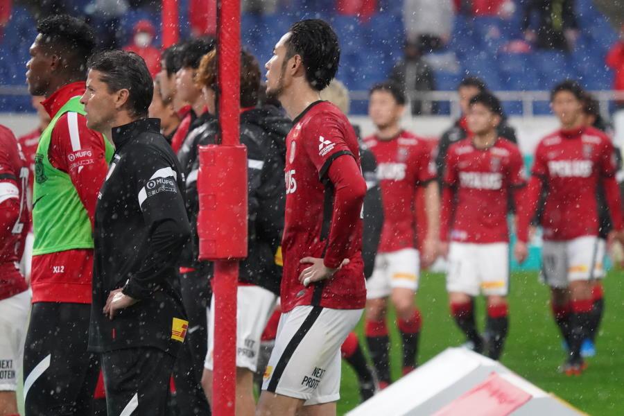 試合後に選手と共にピッチを歩く浦和のロドリゲス監督(写真左側)【写真:Getty Images】