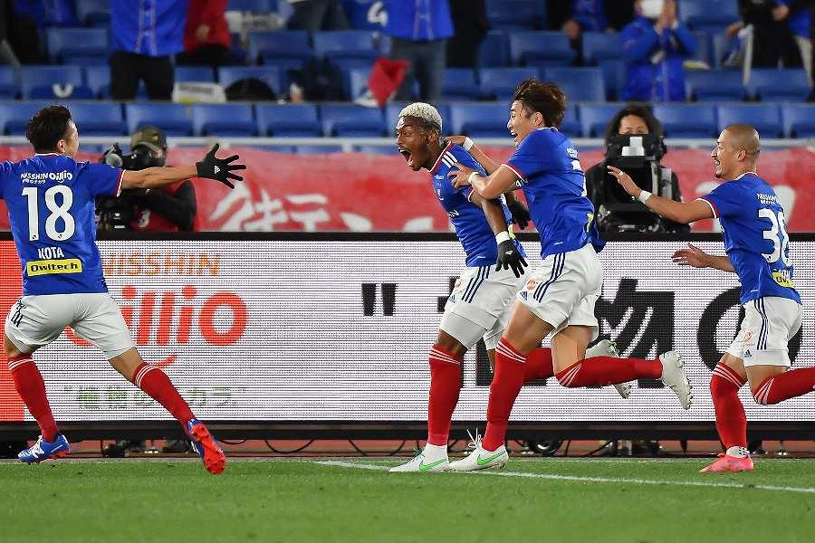 オナイウの決勝ゴール後に横浜FMの選手たちは歓喜を爆発させた【写真:小林 靖】