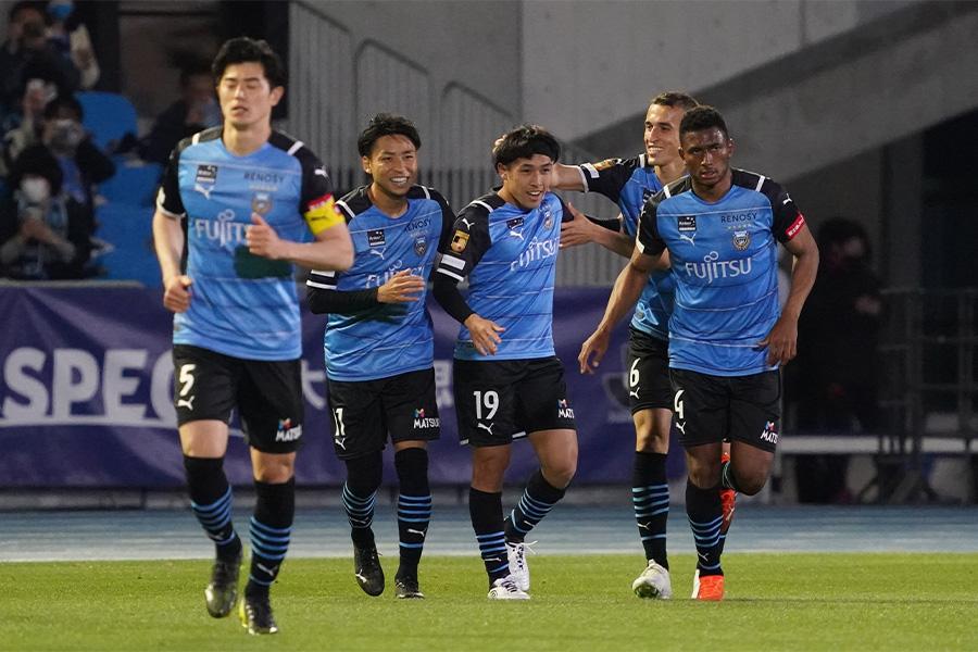 J1リーグの首位を走る川崎フロンターレ【写真:Getty Images】