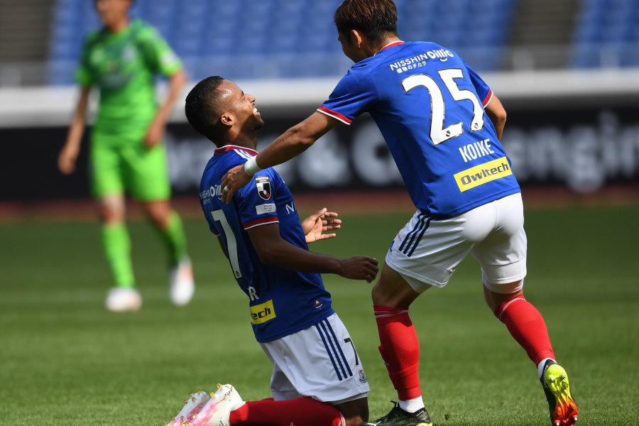 初ゴールを決めて喜ぶ横浜FMブラジル人FWエウベル【写真:Getty Images】