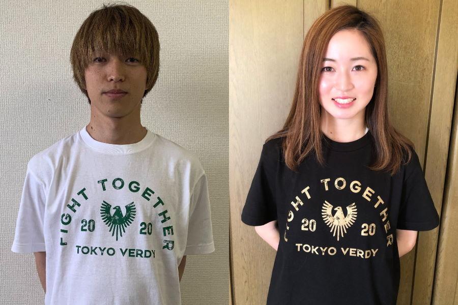 ヴェルディの井上潮音(左)とベレーザの清水梨紗がTシャツを着用した様子【写真:東京ヴェルディ】