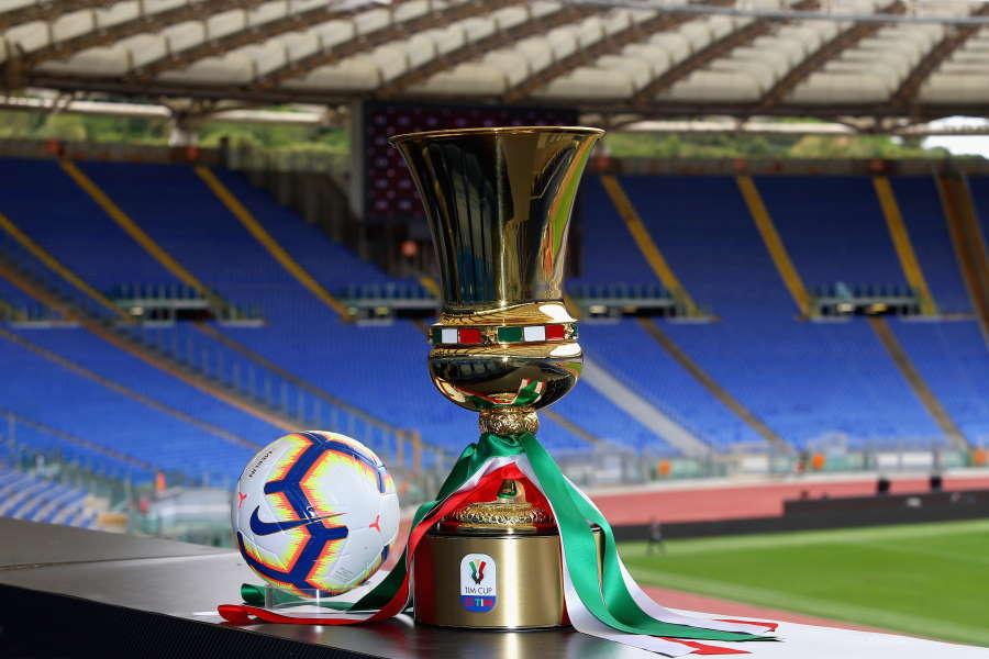 イタリアはカップ戦から再開が決定した(コッパ・イタリア優勝杯)【写真:Getty Images】