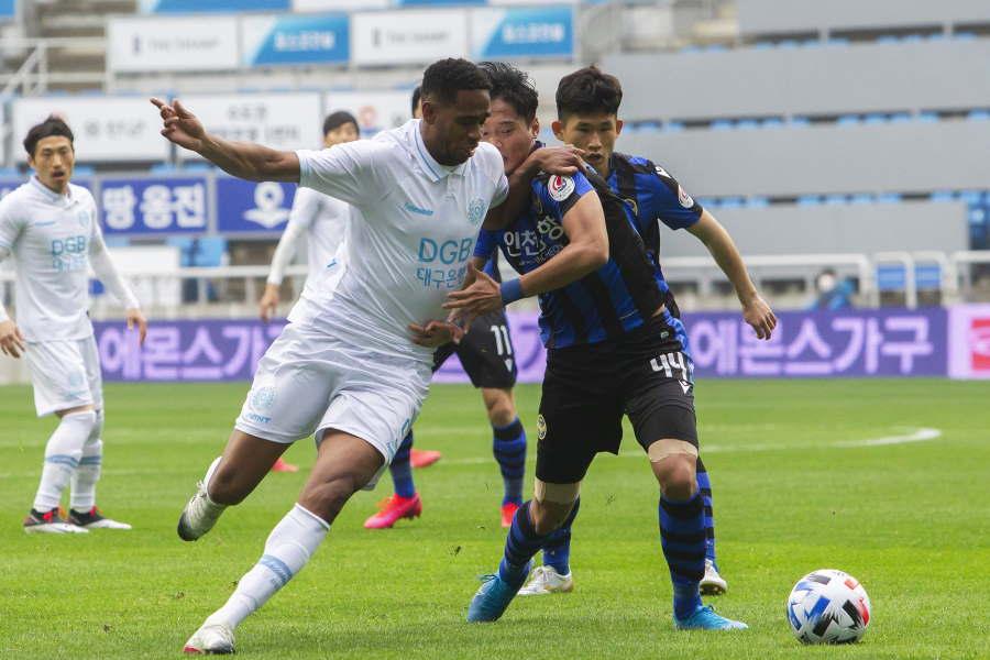 韓国4部リーグで報復攻撃を巡って小競り合いに発展(※写真は接触プレーのイメージです)【写真:Getty Images】