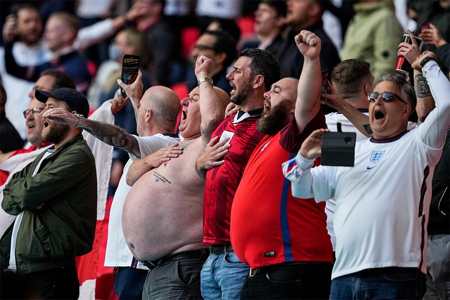 イングランド代表を応援するサポーターたち【写真:AP】